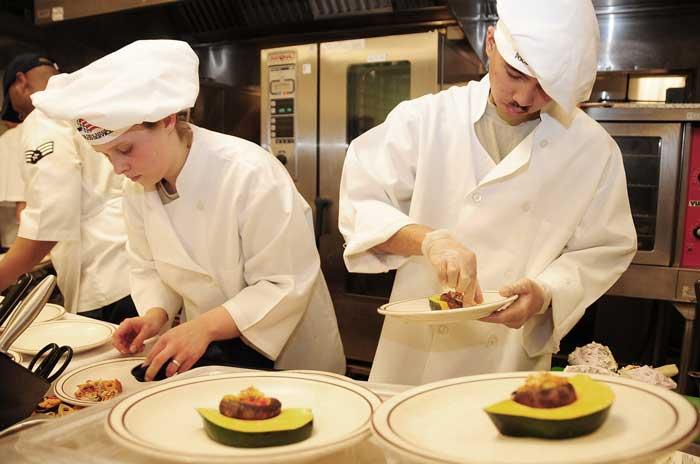 Plusieurs chefs en cuisine